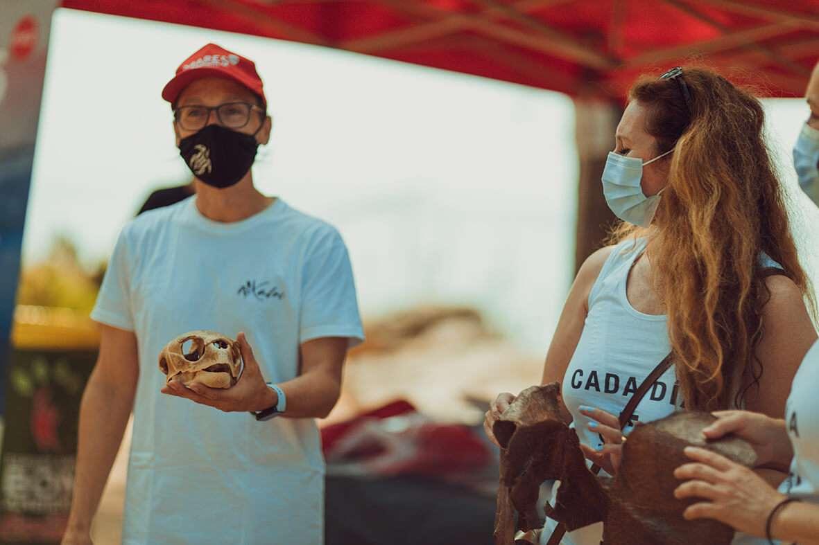 La Santa limpia una playa en la Costa Brava